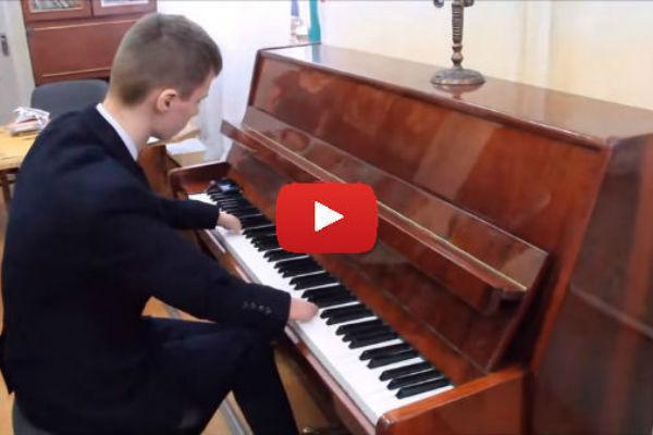 15-летний пианист без пальцев...