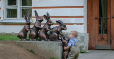 Дети, которые знают, как фотографироваться с памятниками