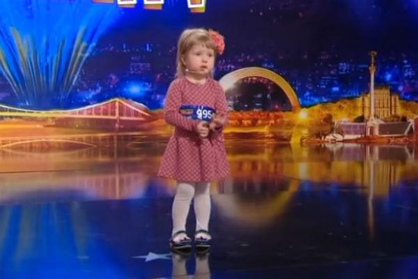 Ей только 2 года, а она уже знает все столицы мира!