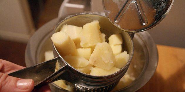 Вот что делать с водой, в которой варилась картошка. Советы от моей бабушки